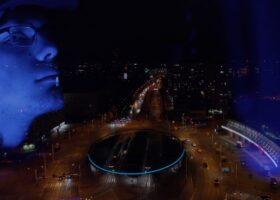 ujęcie z klipu - samczek zamyśenie+miasto